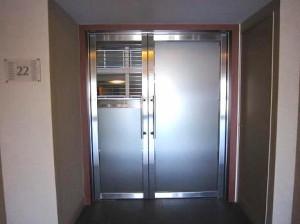 ベイクレストタワー エレベータホールと共用廊下を仕切る扉